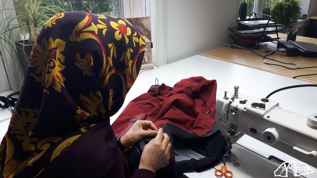 Eine einzige Näherin besorgt die Reparatur aller eingeschickten Bekleidungsstücke