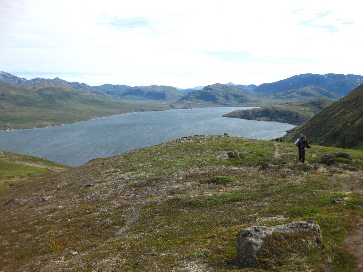 Der Fjord unter uns und wir müssen noch ordentlich hoch